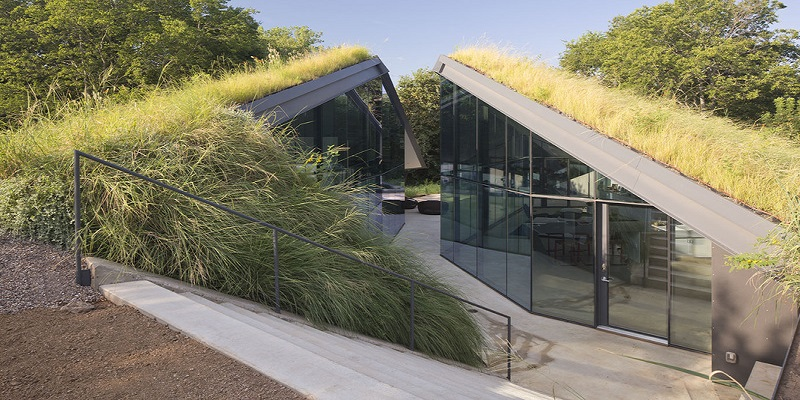 Bercy Chen Studio's Green-Roofed Edgeland House